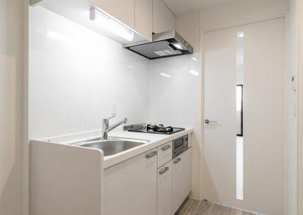 名古屋市中川区の賃貸マンションのガスコンロの付いたコンパクトなキッチンの新築写真