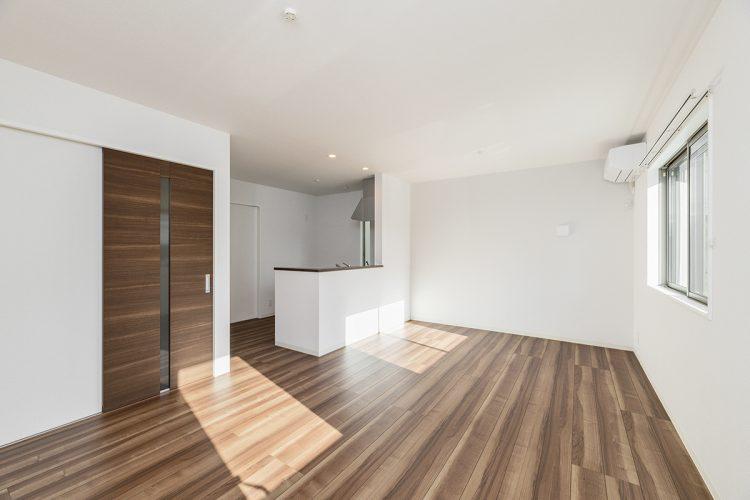 名古屋市天白区の戸建賃貸住宅の木目のフローリングとドアがおしゃれなLDKの新築写真