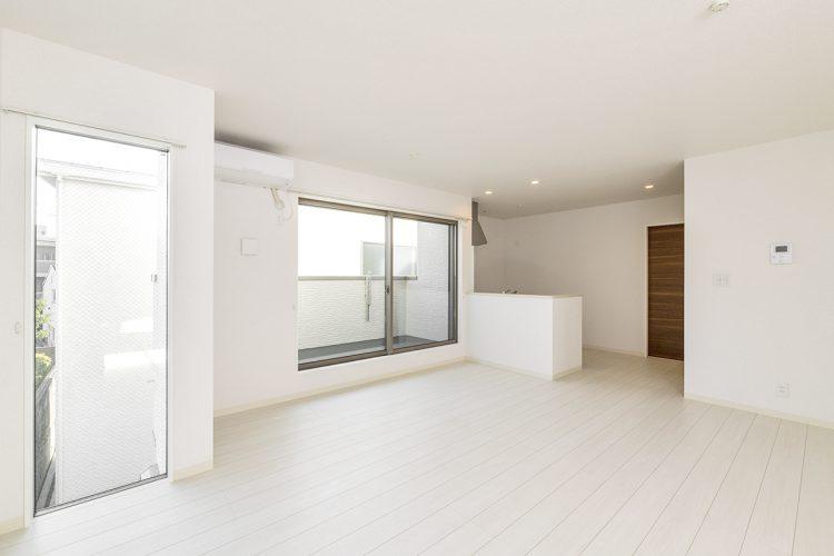 名古屋市天白区の戸建賃貸住宅の白を基調としたシンプルなLDKの新築写真
