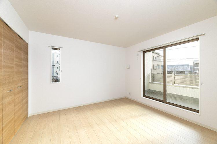 名古屋市天白区の戸建賃貸住宅のナチュラルテイストのベランダの付いた洋室の新築写真
