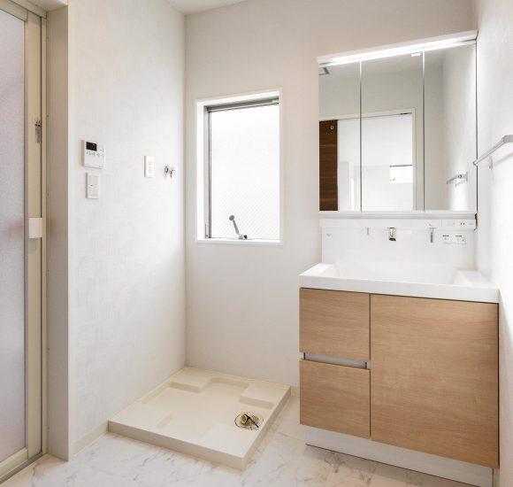 名古屋市天白区の戸建賃貸住宅の大きな窓の付いた洗面室の新築写真