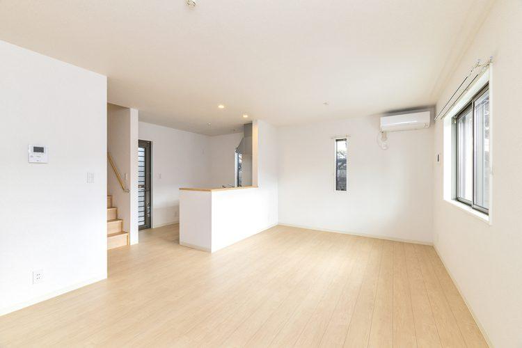 名古屋市天白区の戸建賃貸住宅の階段のあるシンプルなナチュラルテイストのLDKの新築写真