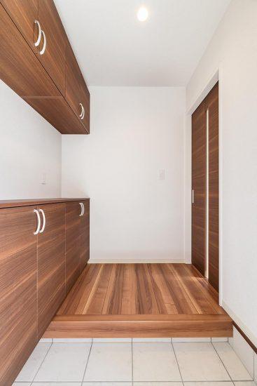名古屋市天白区の戸建賃貸住宅の飾り棚のある玄関ホールの新築写真