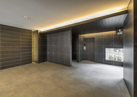名古屋市中川区の賃貸マンションの高級感のあるエレベーターホールの新築写真