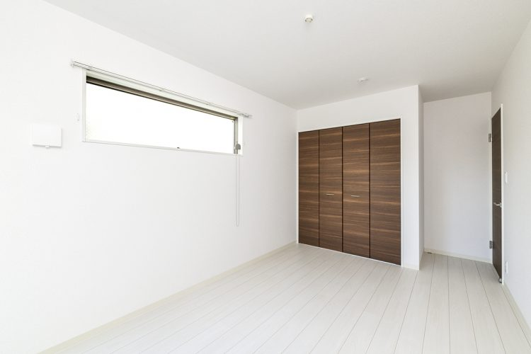 名古屋市天白区の戸建賃貸住宅の横長の窓から光が差す洋室の新築写真