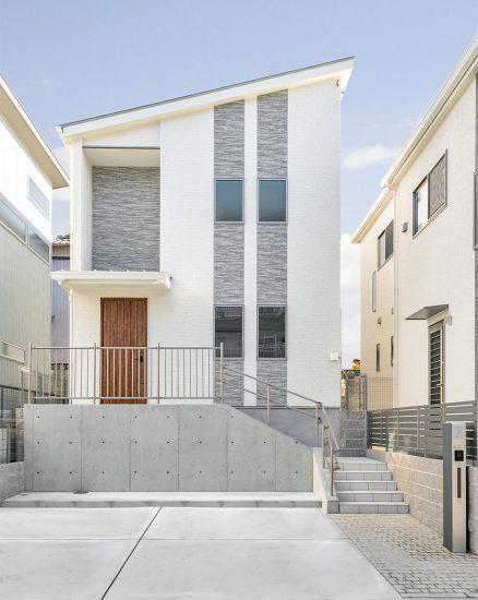 名古屋市天白区の戸建賃貸住宅の木の玄関ドアがアクセントの外観デザインの新築写真