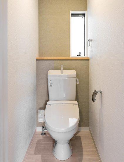 名古屋市天白区の戸建賃貸住宅の縦長の窓の付いたおしゃれなトイレの新築写真