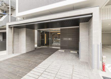 名古屋市中川区の賃貸マンションの大判タイルで高級感のあるエントランスの新築写真