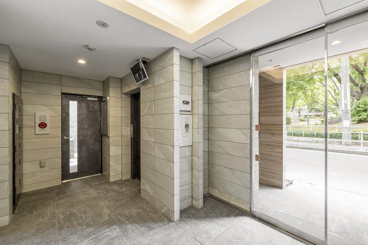 名古屋市中区の賃貸マンションの大判タイルが高級感を出す明るいエントランスホール