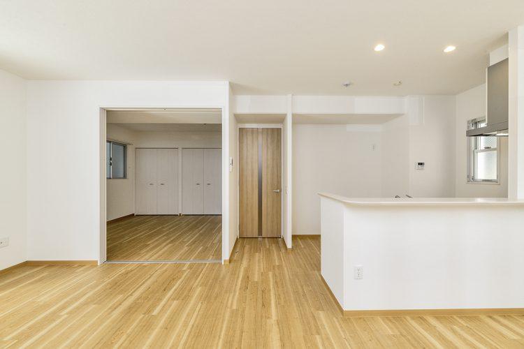 名古屋市中区の賃貸マンションの洋室とつながるLDK