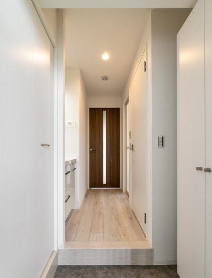 名古屋市中区の賃貸マンションの収納の付いたシンプルな玄関ホール