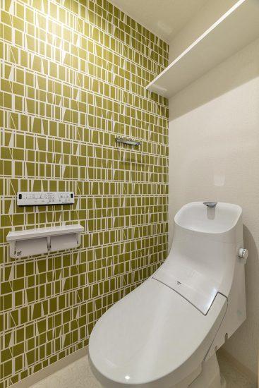名古屋市中区の賃貸マンションのモダンな壁紙のトイレ