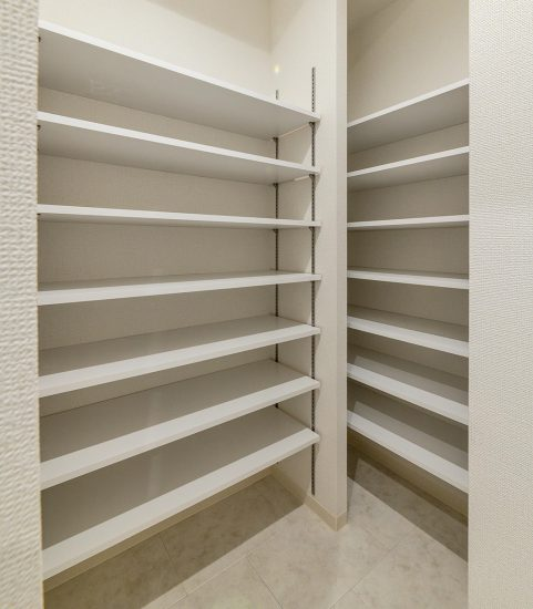 名古屋市中区の賃貸マンションの棚のたくさんついたシューズクローゼット
