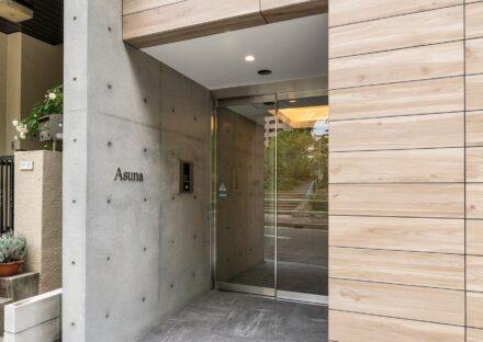 名古屋市中区の賃貸マンションの木を使ったエントランス