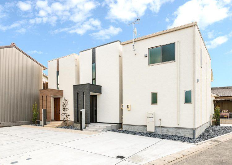 名古屋市北区の戸建賃貸住宅の玄関の目隠しの色がポイントの外観デザイン