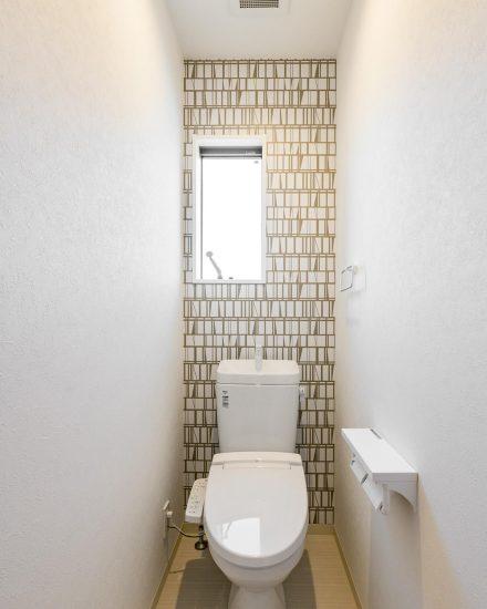 名古屋市北区の戸建賃貸住宅のおしゃれな壁紙のトイレ