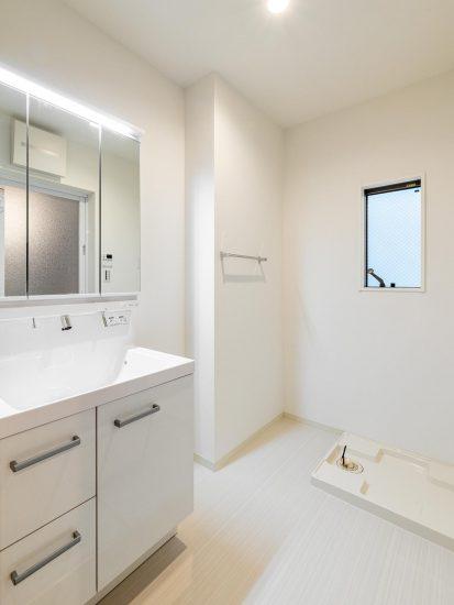 名古屋市北区の戸建賃貸住宅の白で統一された広い洗面室