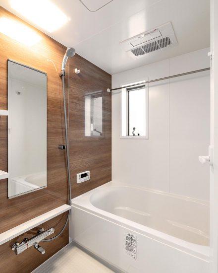名古屋市北区の戸建賃貸住宅の窓のついた木目の壁のあるバスルーム