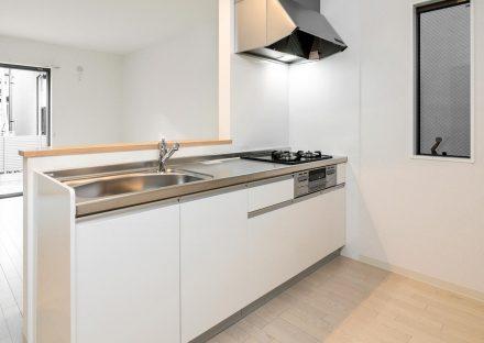 名古屋市北区の戸建賃貸住宅のガスコンロ付きのシンプルなオープンキッチン