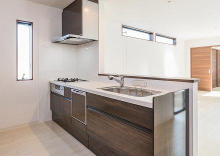 名古屋市名東区の戸建賃貸住宅の食洗器付き木目模様のオープンキッチン