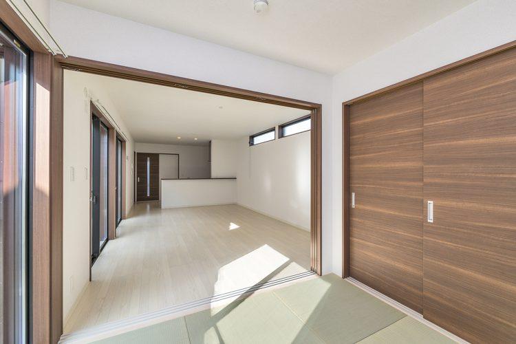 名古屋市名東区の戸建賃貸住宅のリビングとつながる収納の付いた和室