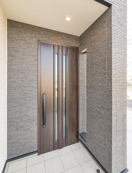 名古屋市名東区の戸建賃貸住宅の2本のスリットのある木の扉がおしゃれな玄関
