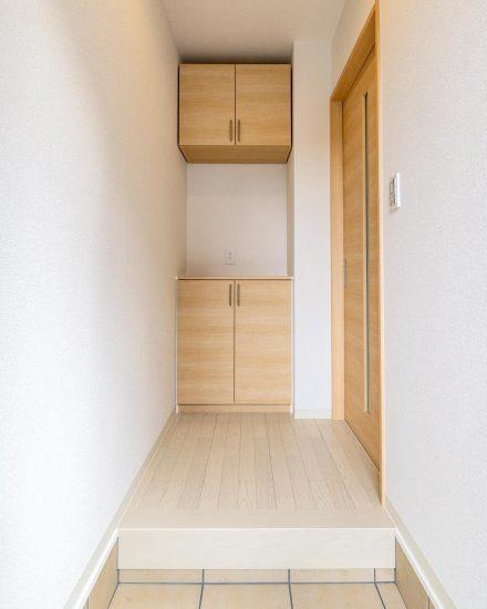 名古屋市北区の戸建賃貸住宅の正面に飾り棚のある玄関ホール