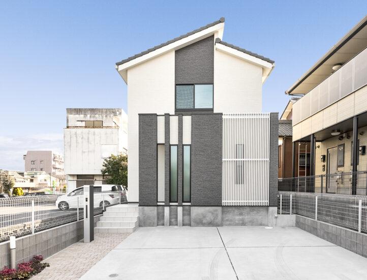 名古屋市名東区の戸建賃貸住宅のモノトーンの太さの異なる縦のラインが並ぶ外観デザイン