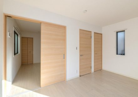名古屋市北区の戸建賃貸住宅の収納付きのナチュラルテイストな洋室
