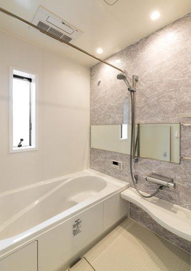 名古屋市名東区の戸建賃貸住宅の横に長い鏡の付いたバスルーム