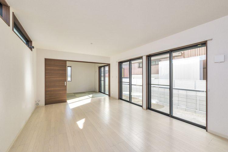 名古屋市名東区の戸建賃貸住宅の窓の大きなリビングダイニングの奥に和室