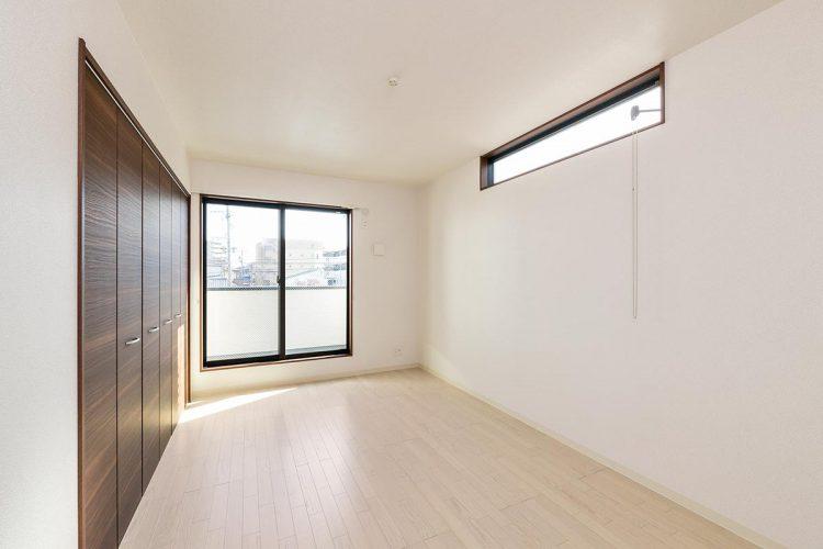 名古屋市名東区の戸建賃貸住宅の窓が2か所にあり明るい洋室