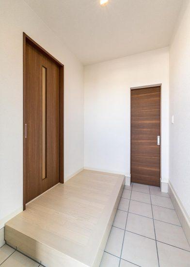 名古屋市名東区の戸建賃貸住宅のスリットのついたドアのある玄関ホール