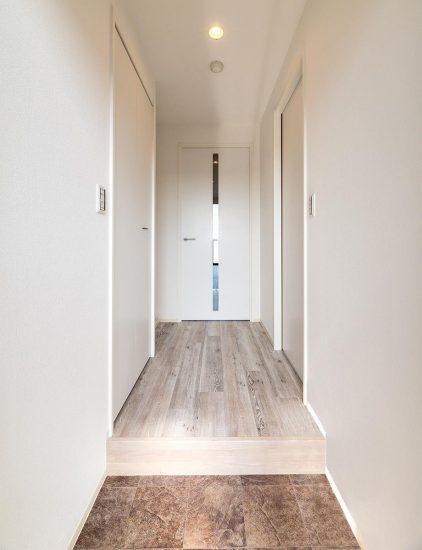 名古屋市中村区の賃貸マンションのリビングにつながるスリット付きドアがおしゃれな玄関ホール