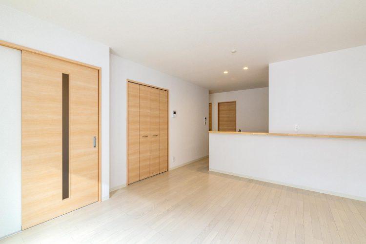 名古屋市北区の戸建賃貸住宅の建具が木目模様のナチュラルテイストなLDK