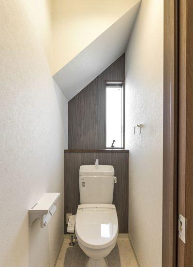 名古屋市名東区の戸建賃貸住宅の木目と壁紙がおしゃれにデザインされたトイレ