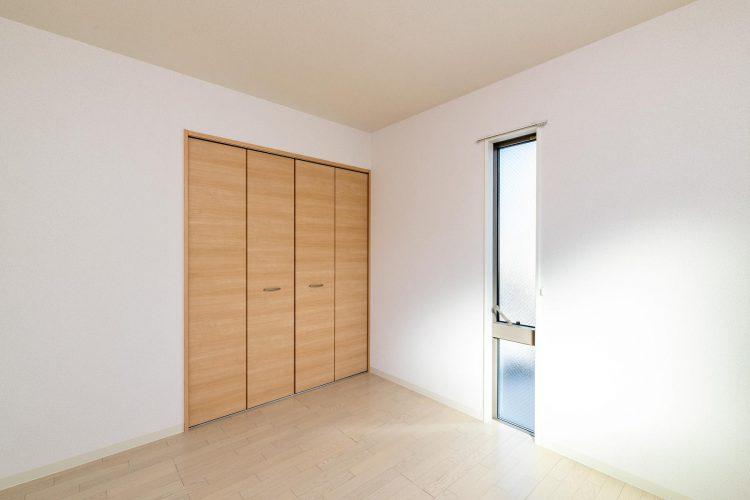 名古屋市北区の戸建賃貸住宅の縦長の窓がついた洋室