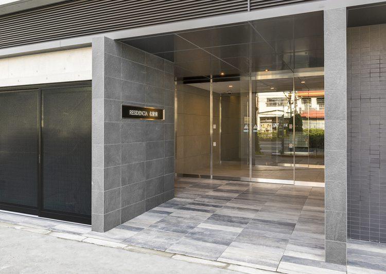名古屋市中村区の賃貸マンションの大判タイルの高級感のあるエントランス