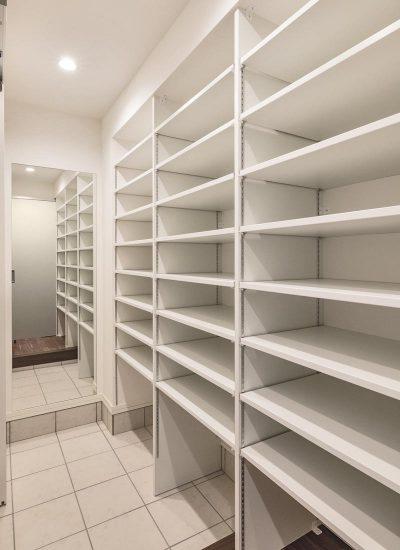 名古屋市天白区の注文住宅の棚の多くついたシューズクローゼット
