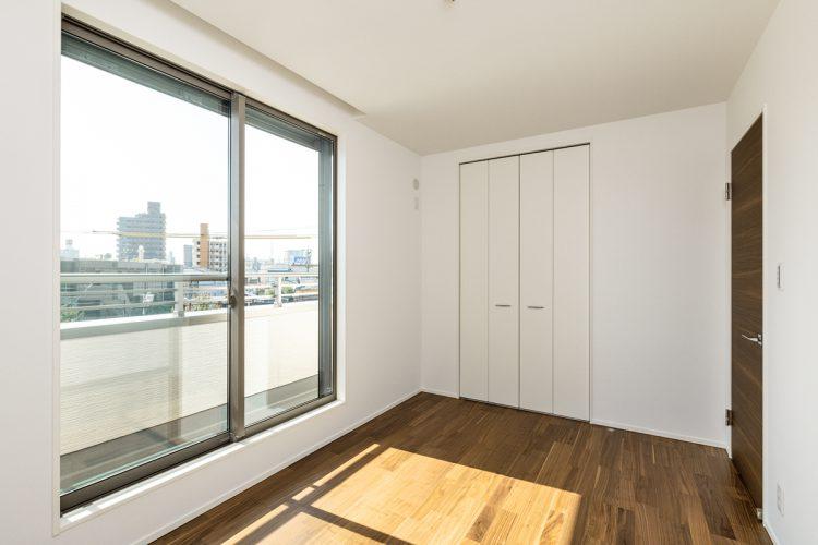 名古屋市天白区の注文住宅のベランダのついた洋室
