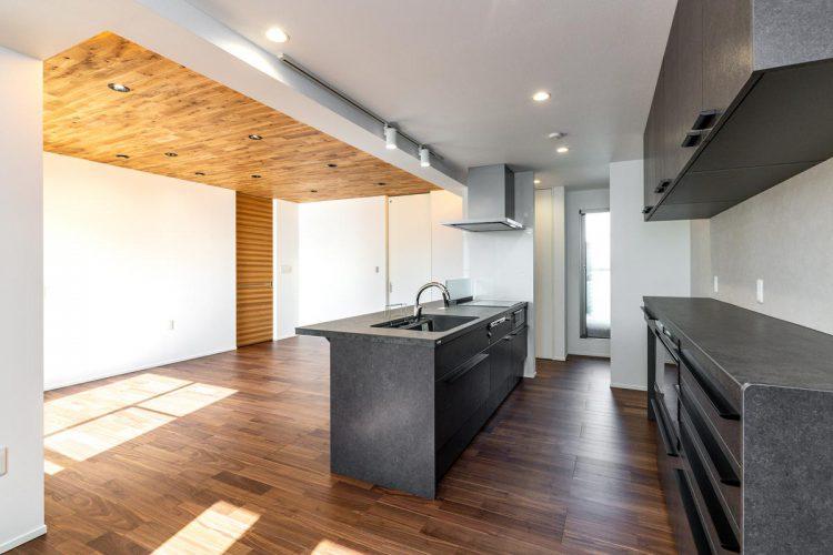 名古屋市天白区の注文住宅の収納棚がたくさんついたブラックのモダンなキッチン