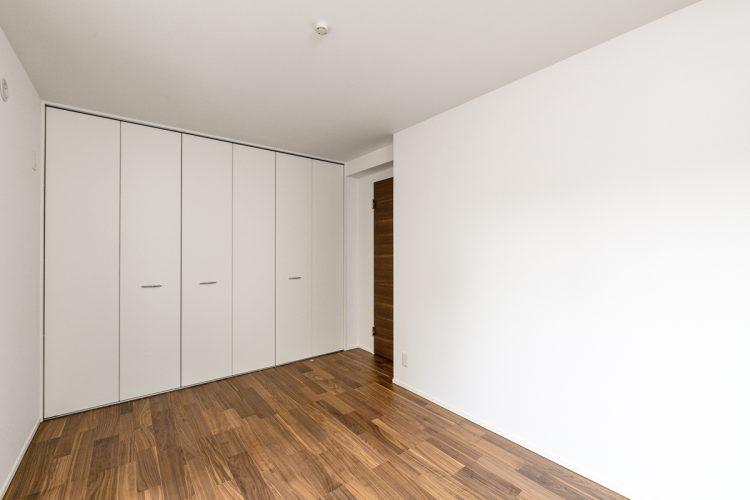 名古屋市天白区の注文住宅の壁一面に収納がついた1階洋室