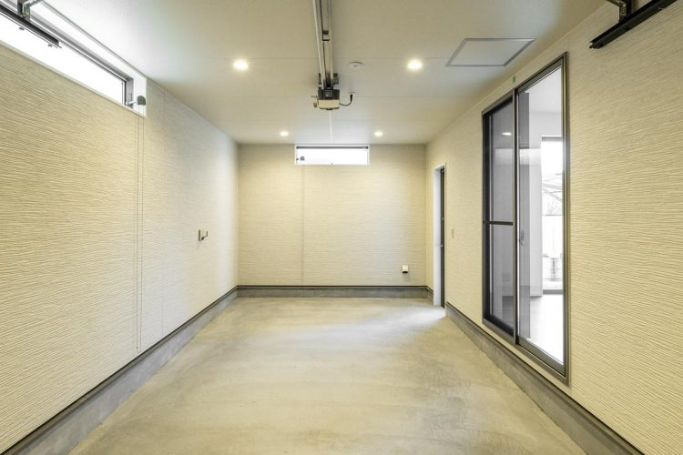 名古屋市天白区の注文住宅の横長の窓がついたインナーガレージ