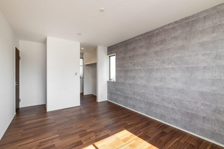 名古屋市天白区の注文住宅のウォークインクローゼットのついたおしゃれな壁の洋室