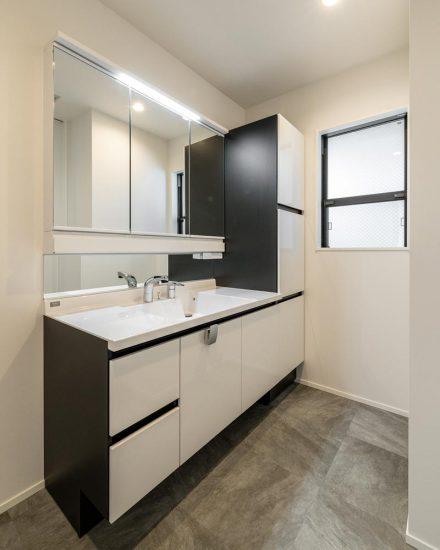 名古屋市天白区の注文住宅のモノトーンの広い洗面脱衣室