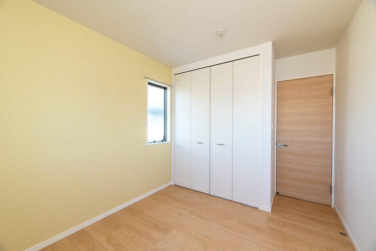 名古屋市名東区のシンプルなデザインの注文住宅のクローゼットの付いた2階洋室