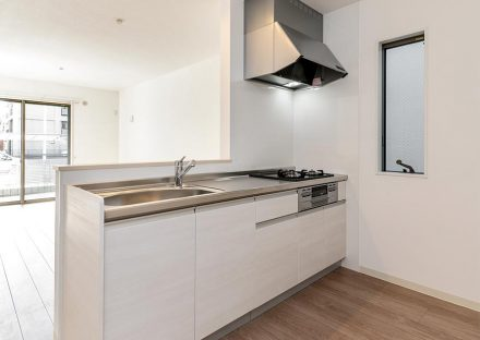 名古屋市西区のモダンな戸建賃貸住宅の白色のガスコンロ付きオープンキッチン
