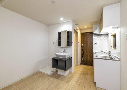 名古屋市中村区のロフト付き賃貸アパートのモノトーンのおしゃれな洗面台の付いた1階洋室