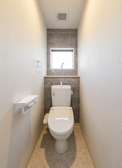 名古屋市西区のモダンな戸建賃貸住宅の窓の付いた明るいトイレ