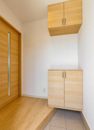 名古屋市西区のモダンな戸建賃貸住宅のスリットの付いたドアのある玄関ホール
